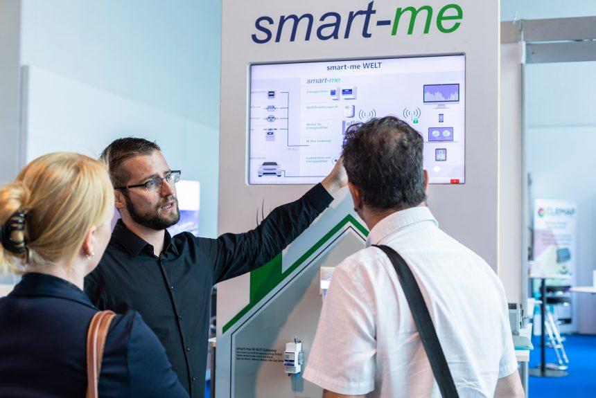 Besucher am smart-me Stand an den Powertagen 2018. Beni Riedi erklärt Besuchern die smart-me Welt.